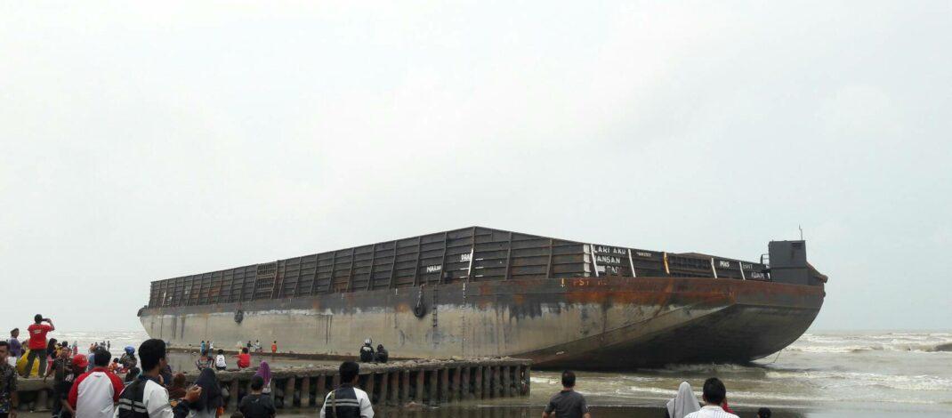 Kapal Hantu Terdampar di Pantai Widuri Pemalang